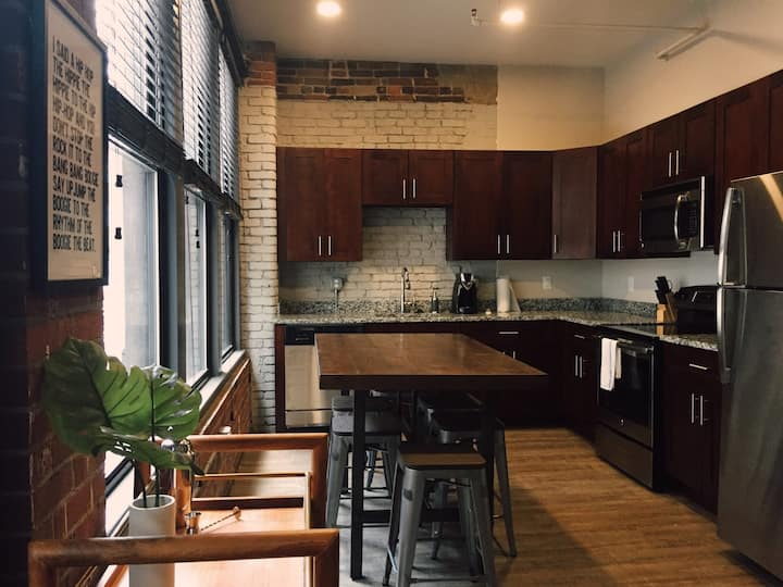 1 BLOCK TO BROADWAY! Spacious 5 bed Loft! 209