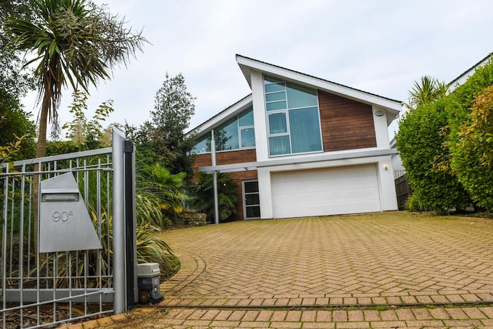 Come and self isolate in stunning Dorset - Deluxe Modern Detached House in Poole