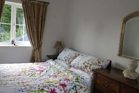 Double bedroom with garden view, - Hilton - Casa