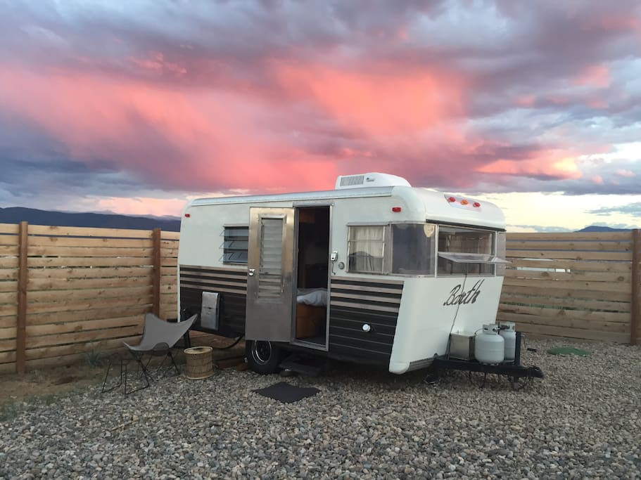 Cozy small vintage trailer mountain view campers rvs for for 1 bedroom rv