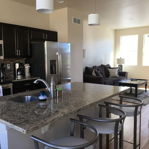 Sunny, Modern, and Convenient Broomfield Townhome - Broomfield
