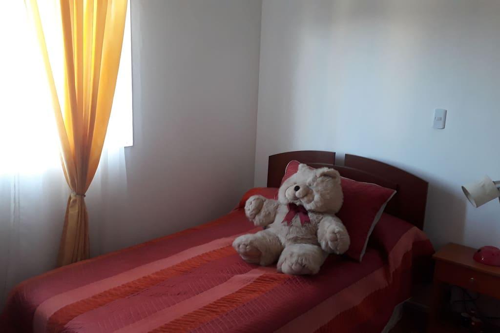 Dormitorio individual con cama de plaza y media