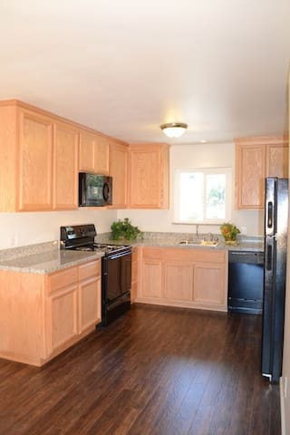 Nice and affordable luxury apartments!! - Redding - Daire