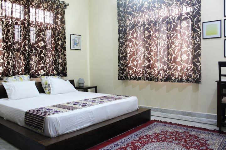 ★2 Bedrooms w/ AC★ Ground Floor | Kitchen & Living