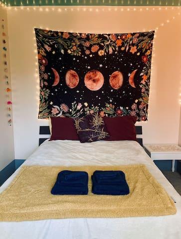 Quiet Queen Room in Conscious Home
