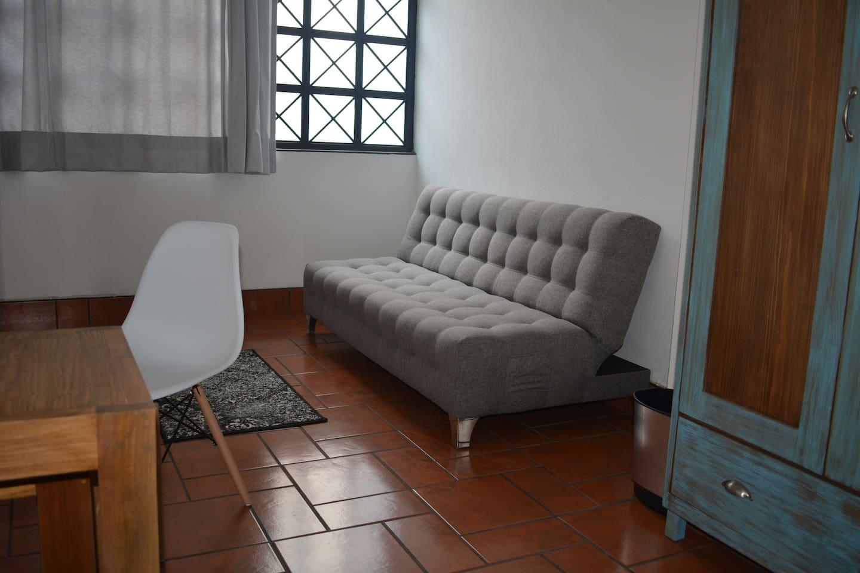 Área de estar dentro de la habitación.