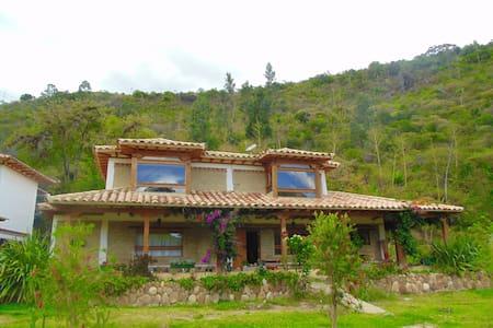 Cabaña rural en medio de la montaña y el rio - Villa de Leyva