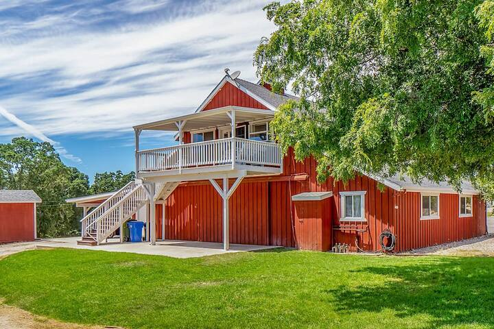 Red Barn Loft - 2BR/1BA w/views and great location
