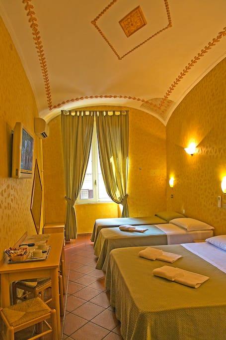 Camere spaziose (fino a 5 persone) con bagno privato. Tasse, servizio pulizia e colazione inclusi.