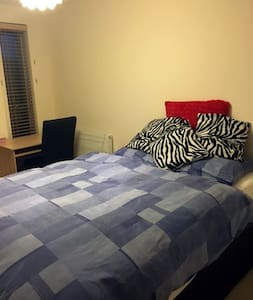 Private room with bathroom and good travel options - Croydon - Appartamento