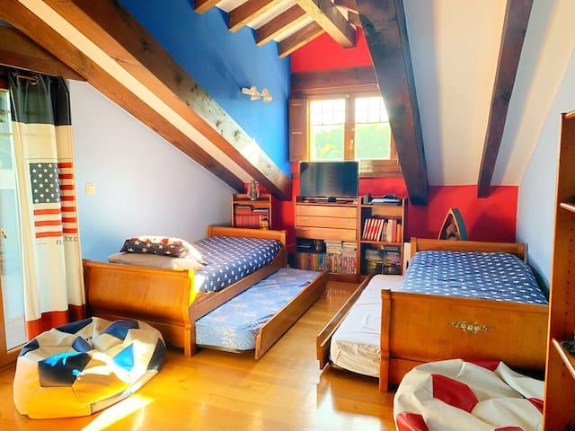 Dormitorio juvenil. Consta de 4 camas de 90cm. Y litera 2 camas. Total 6 camas