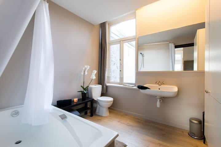 Bath room with bath tub, toilet and lavabo