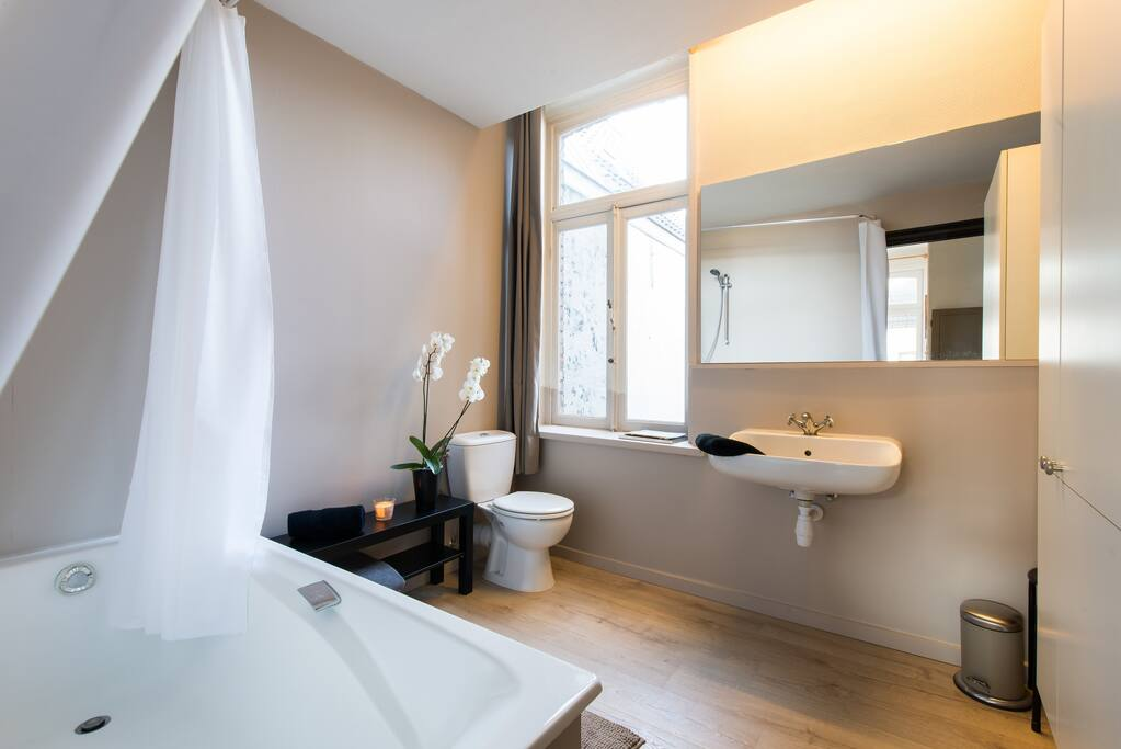 Bath room with bath tub, toilet and lavabo