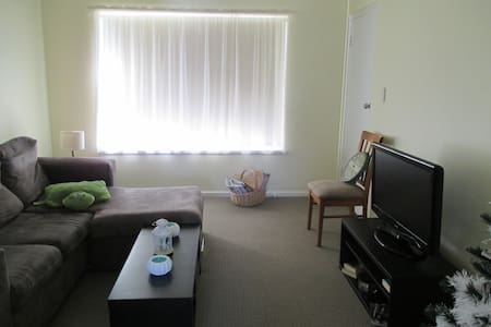 Sunny comfy room + good location - Plympton