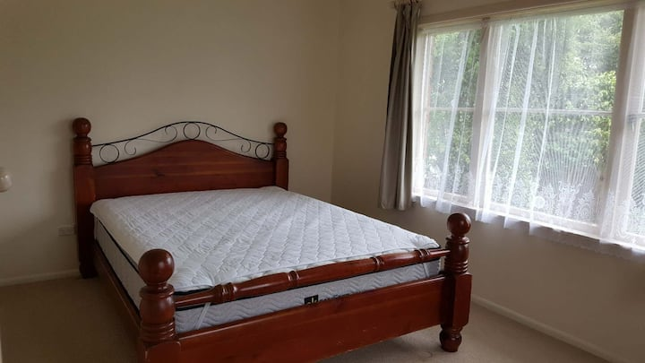 Double Bedroom with a queen bed in Papatoetoe