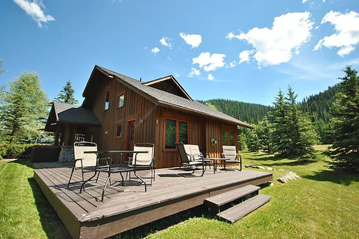 The Cabins: 3 Bedroom home with private hot tub