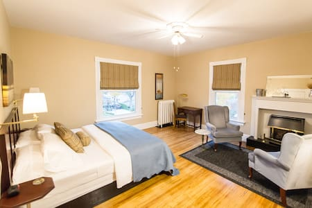 SPACIOUS Kennedy Suite - optional full breakfast - Goderich - Bed & Breakfast