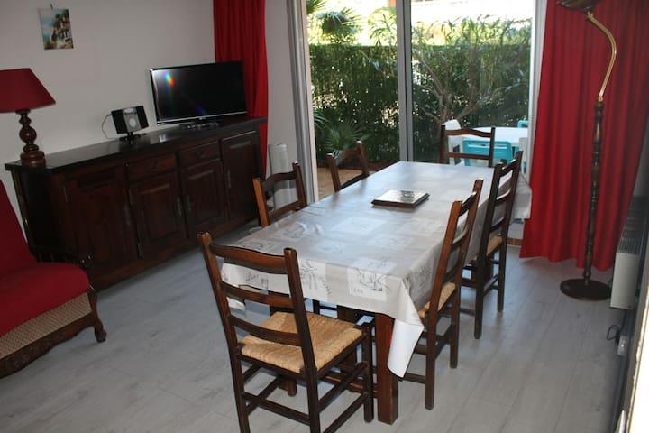 table 6 chaises et TV 80cm