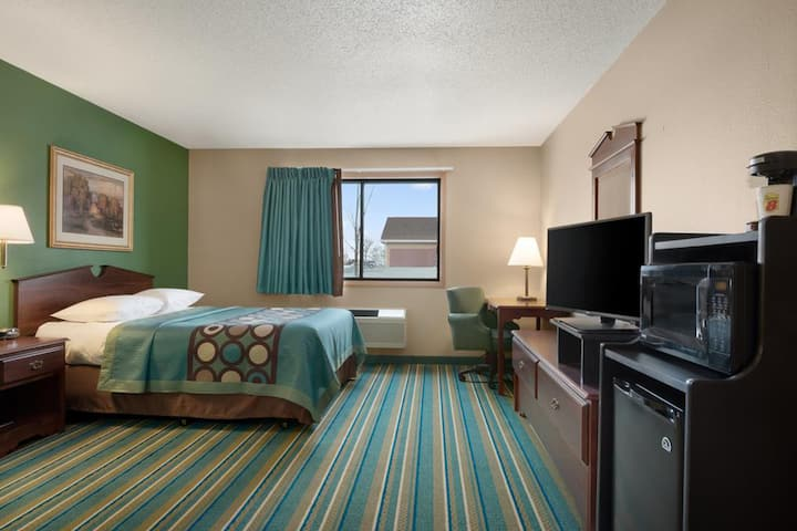 Sky-Palace Inn & Suites New Richmond - 1 Queen Studio Suite Oversized Non-Smoking