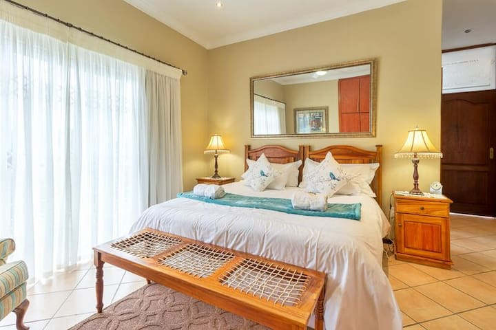 Main en-suite bedroom with king size bed or x2 single beds