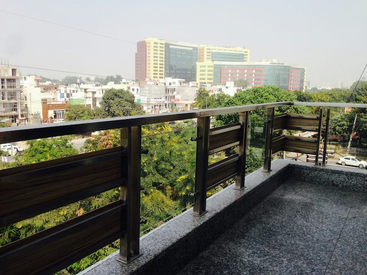 Rooms with 24x7 Food near Medanta, Cyber Park
