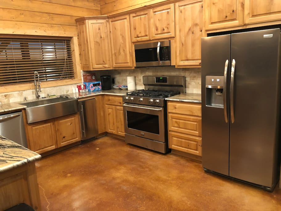 "Luxury Kitchen w/36"" Range & 36"" Farm Sink & Built-in Nugget Ice!"