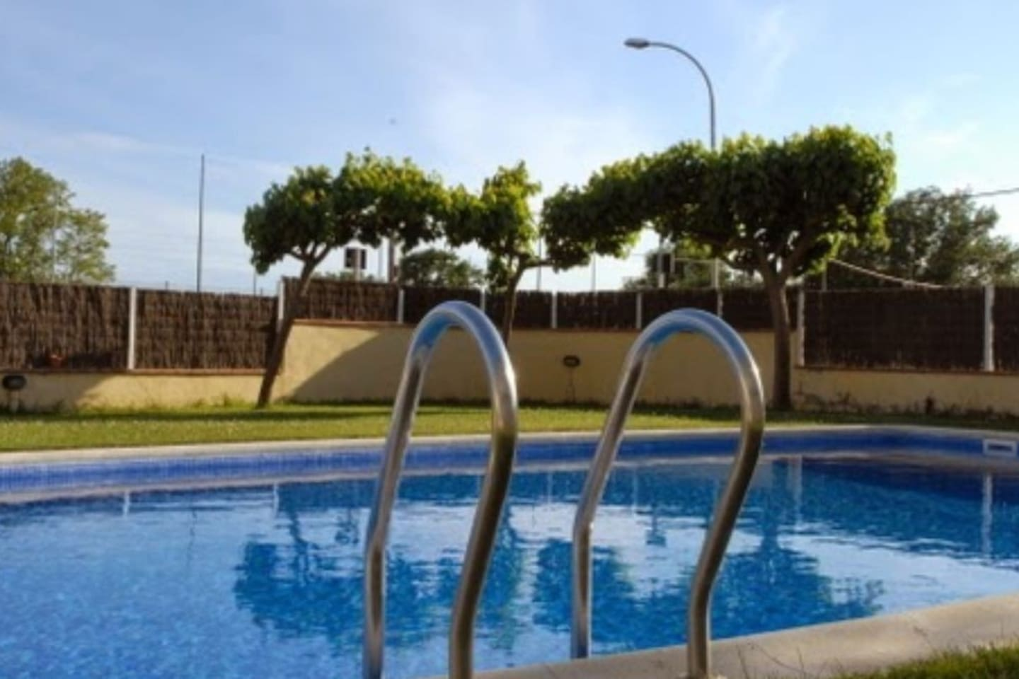The property is located in a building with pool next to the residential area, between the landscapes and mediterranean forests. It's very quiet residential sector called Sant Daniel, between Blanes and Tordera.
