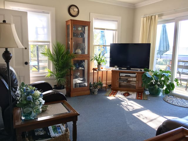 Harbor View Hideaway: 1st flr furnished apartment