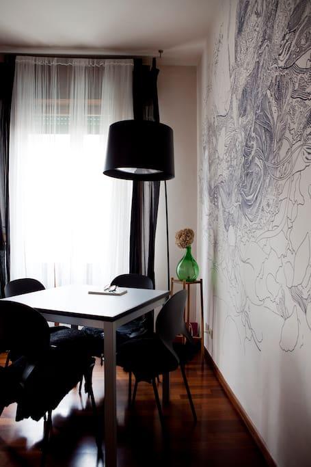 in sala da pranzo, il tavolo è allungabile e si può cenare comodamente in 6
