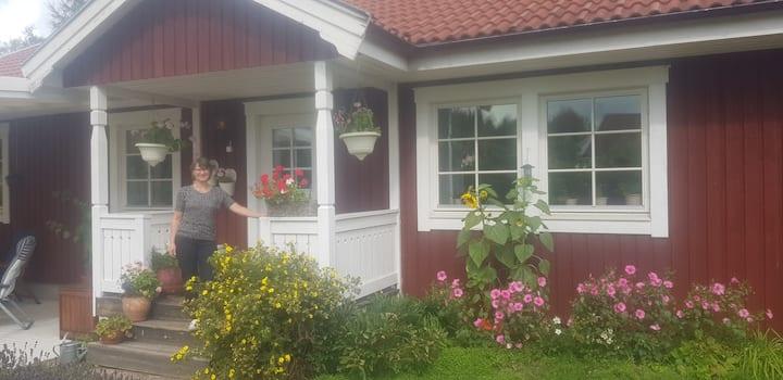 Lugnt villaområde nära Romme Alpin och centrum.