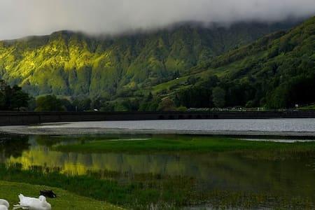 Apart. O Cantador, entre lagoas e oceano. Azores