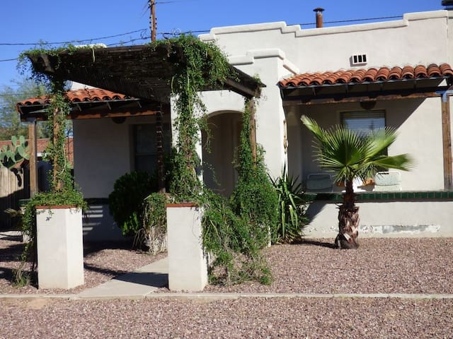 Beautiful and quaint 2 bedroom home in Tucson!
