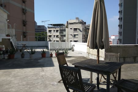 Private room in a large sunny flat with roof top - Hong Kong - Byt
