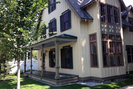 Walton Grove Cottage: Double Room - Saratoga Springs