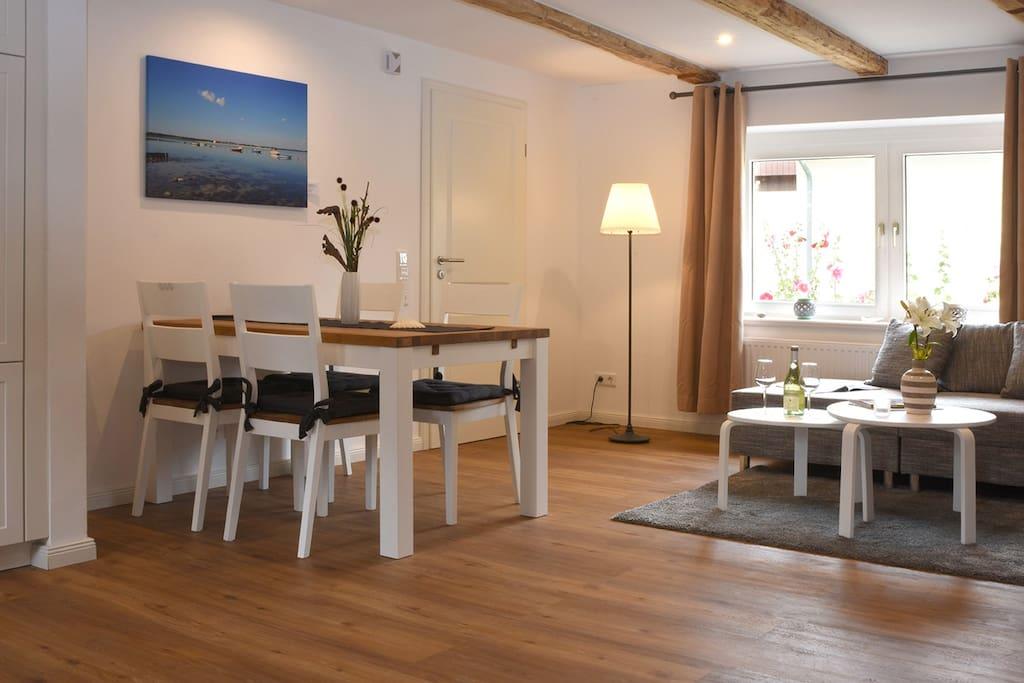 Offener und heller Wohn- und Essbereich mit schöner Holzbalkendecke