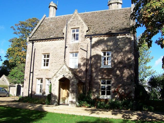 Four large bedroom let near Bath (7 to 10 beds).