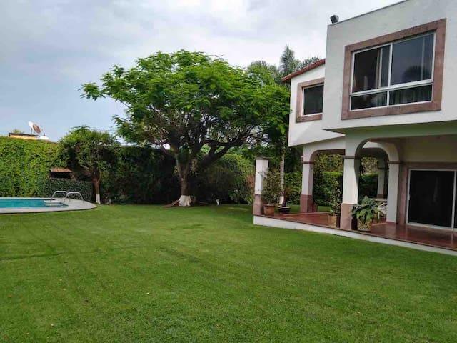 Casa con amplio jardín en Sumiya Cuernavaca