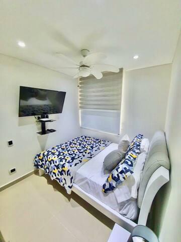 Habitación con  cama doble - ventilador - persiana - blackout - Tv 45 pulgadas ( claro television)