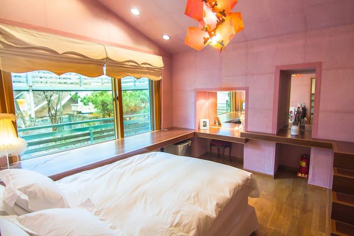 Garden view with bright sun-shine bedroom at 2nd floor 可看花园的二楼房间 @ Hongdae 弘大