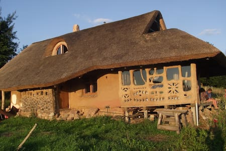 Eco Strawbale Retreat Natural Earth House - Przełomka - 自然地形を利用した家