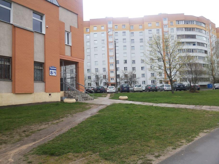 Вид на дом и подъезд