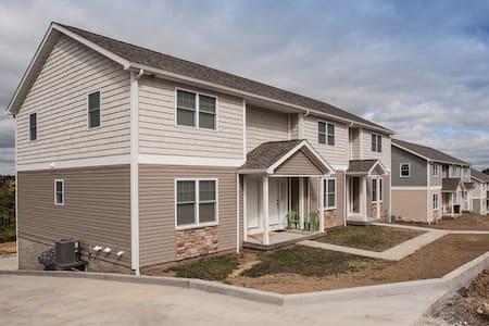 3 level townhouse w/ heated Garage - Saint Clairsville - Rekkehus