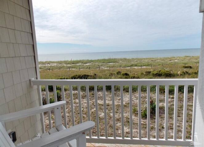 Sea la Vie: Oceanfront Peace and Relaxation