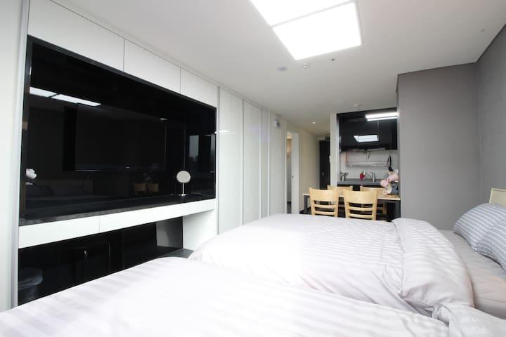 B1[Airport 1.7km DutyFS 1km]3 Queen Beds Residence