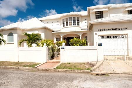 Gimli: Luxury 2 Storey Home in Paradise