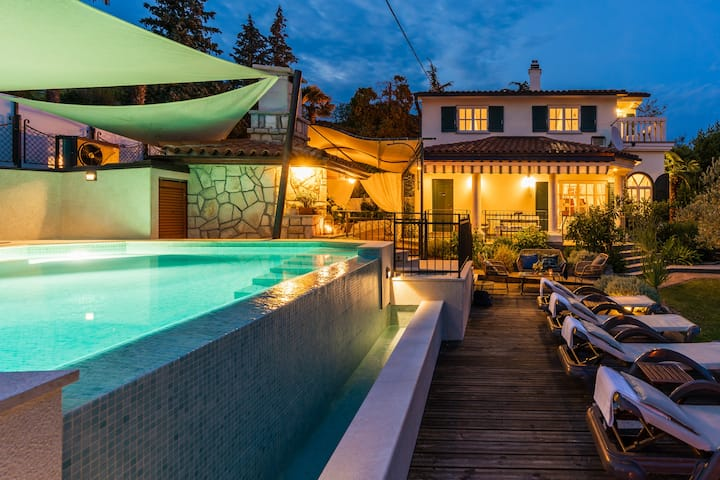 Villa with heated Infinity Pool, Hot Tub & Seaview