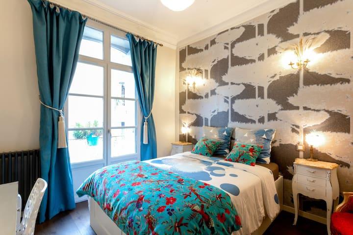 Chambre luxueuse, tout confort plein centre.
