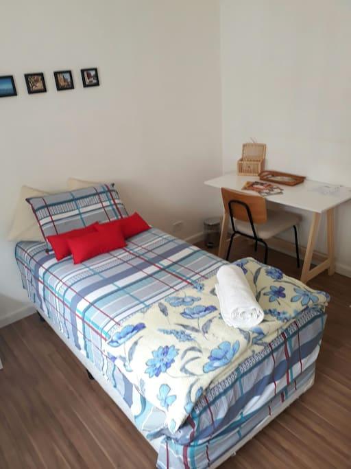 Quarto dispõe também de uma escrivaninha para que você possa trabalhar e estudar com conforto
