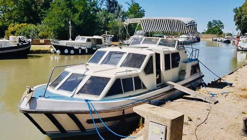 Bateau des Amorous Canal du Midi en France 11