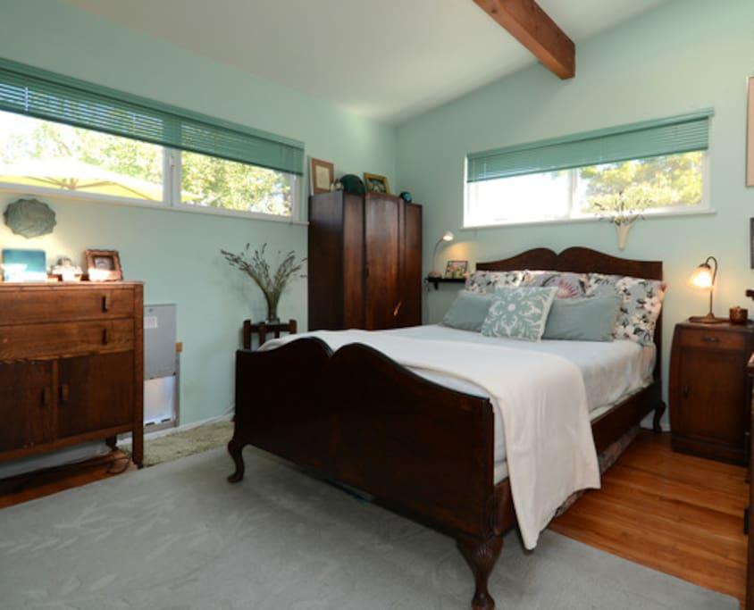Hawaiian Room with double/full bed, new mattress.